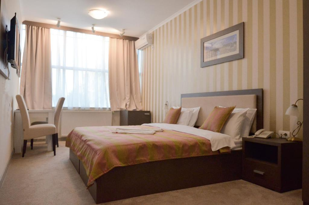 Garni Hotel Ema房間的床