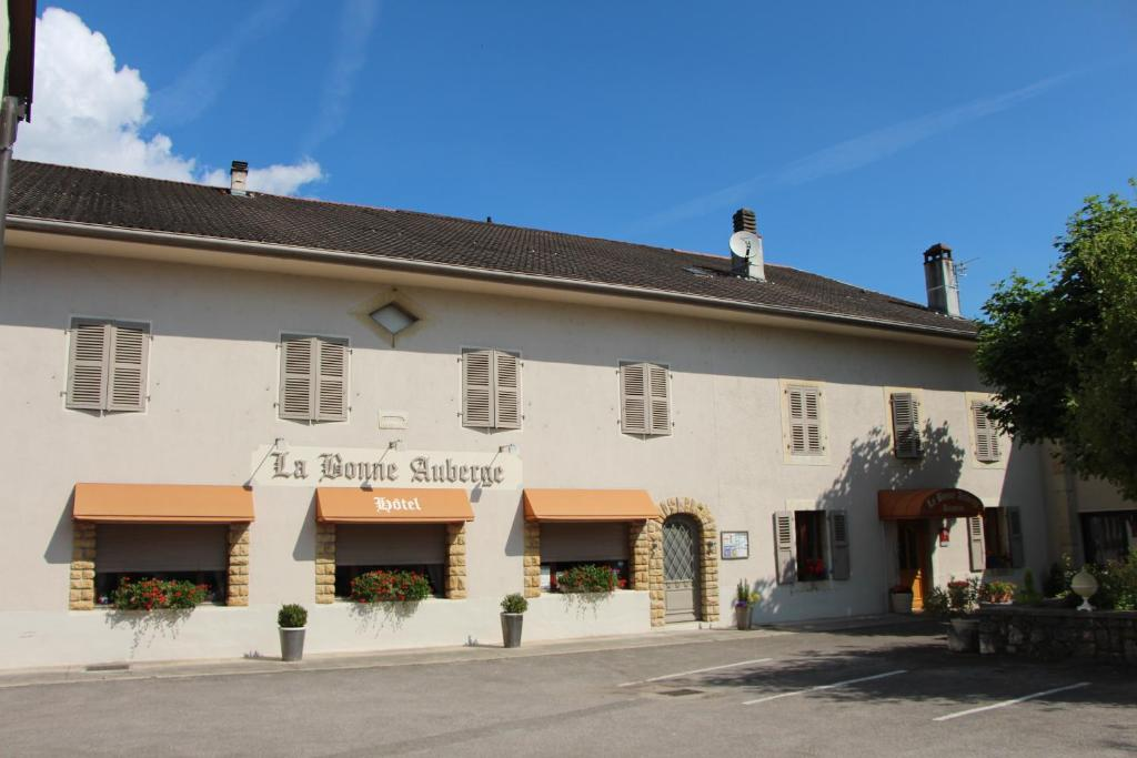 A porch or other outdoor area at La Bonne Auberge
