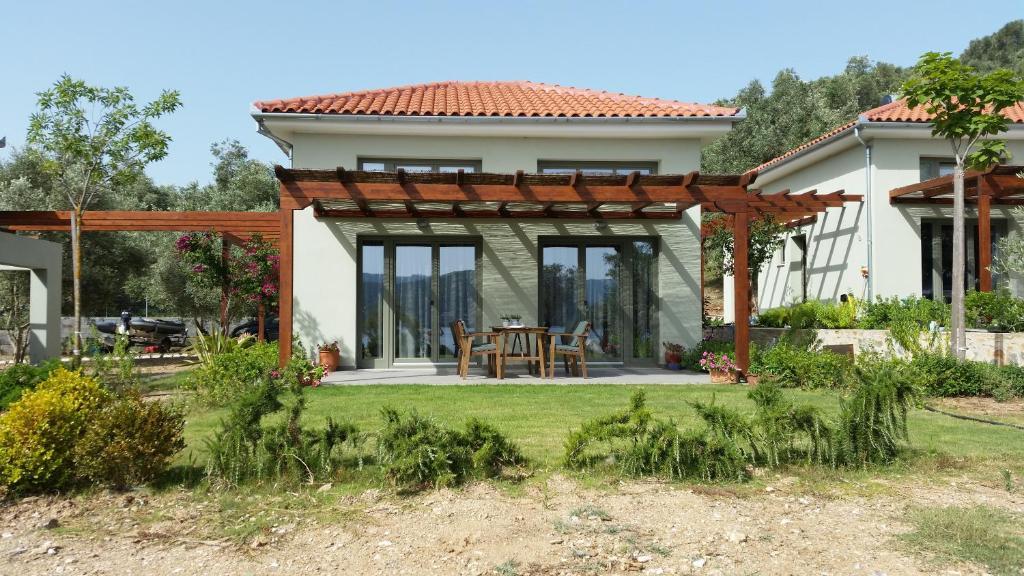 Een patio of ander buitengedeelte van Thea Houses