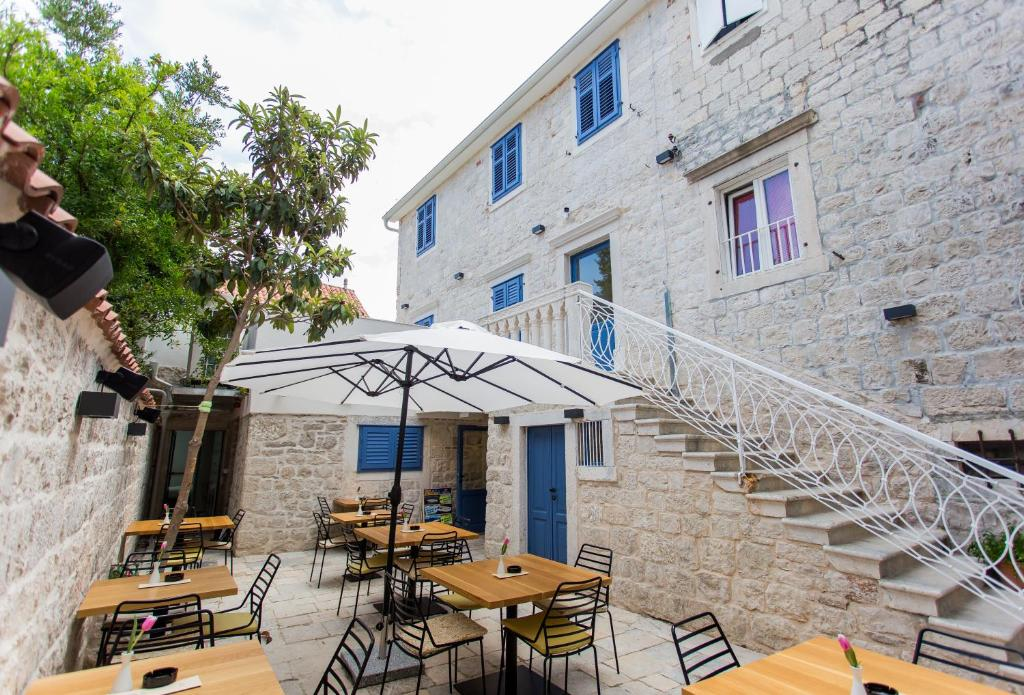 A restaurant or other place to eat at Bifora Heritage Hotel