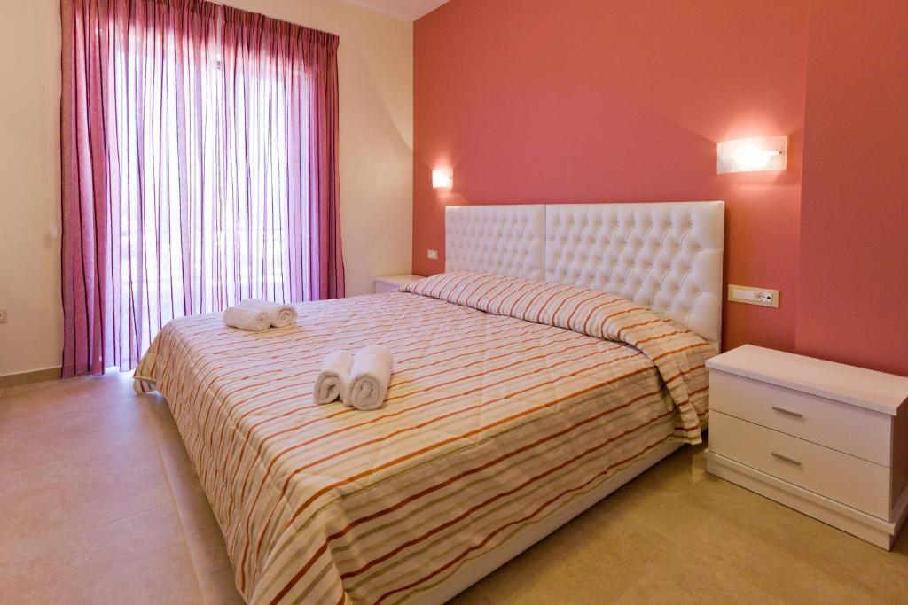 Łóżko lub łóżka w pokoju w obiekcie Aenaon