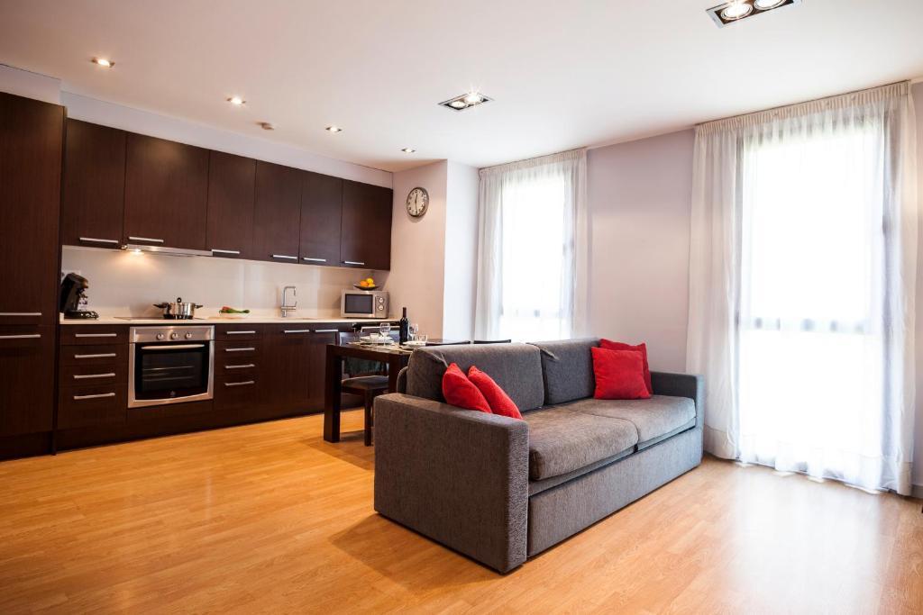 Кухня или мини-кухня в Short Stay Group Camp Nou Serviced Apartments