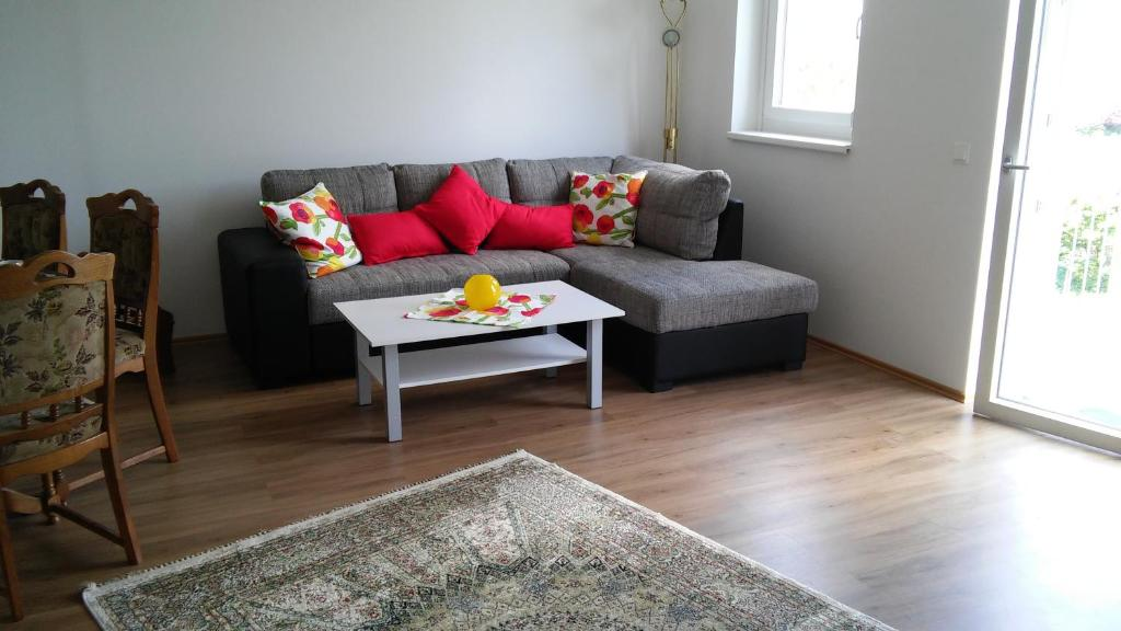 A seating area at Nordrand-Apartment