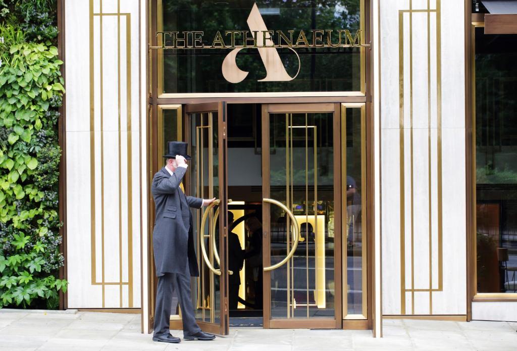Fasaden eller entrén till The Athenaeum Hotel & Residences