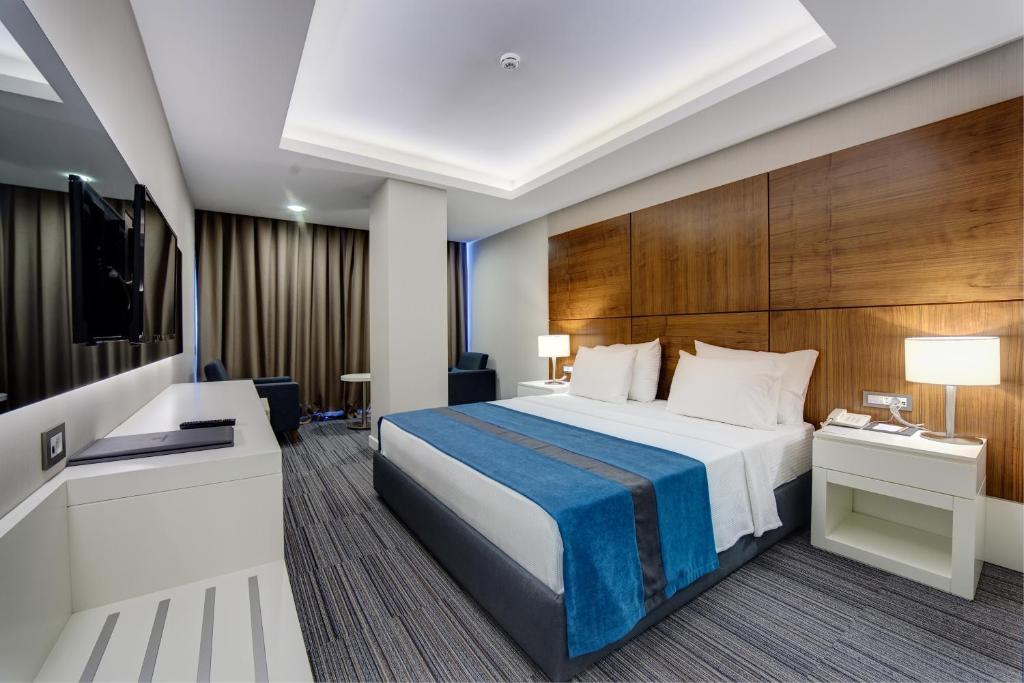 سرير أو أسرّة في غرفة في The Monard Hotel