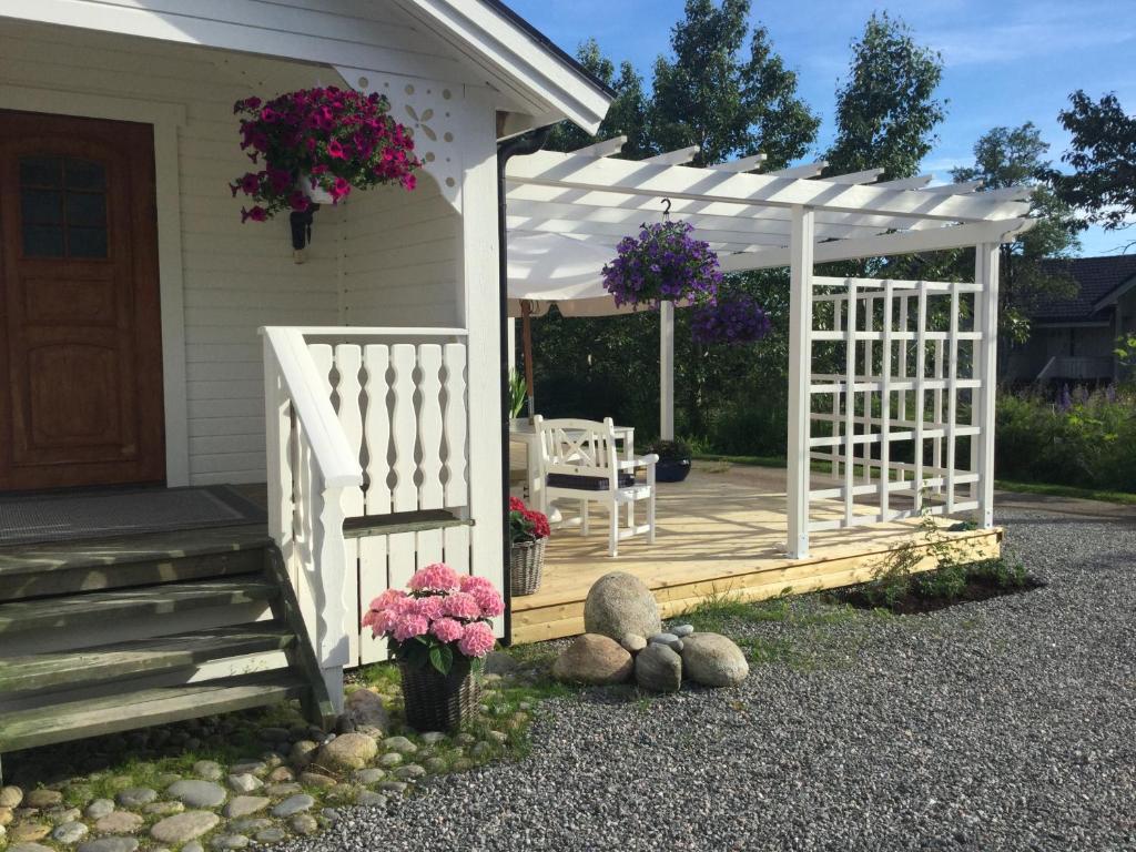 Un patio o zona al aire libre en Oppheim Holiday Home