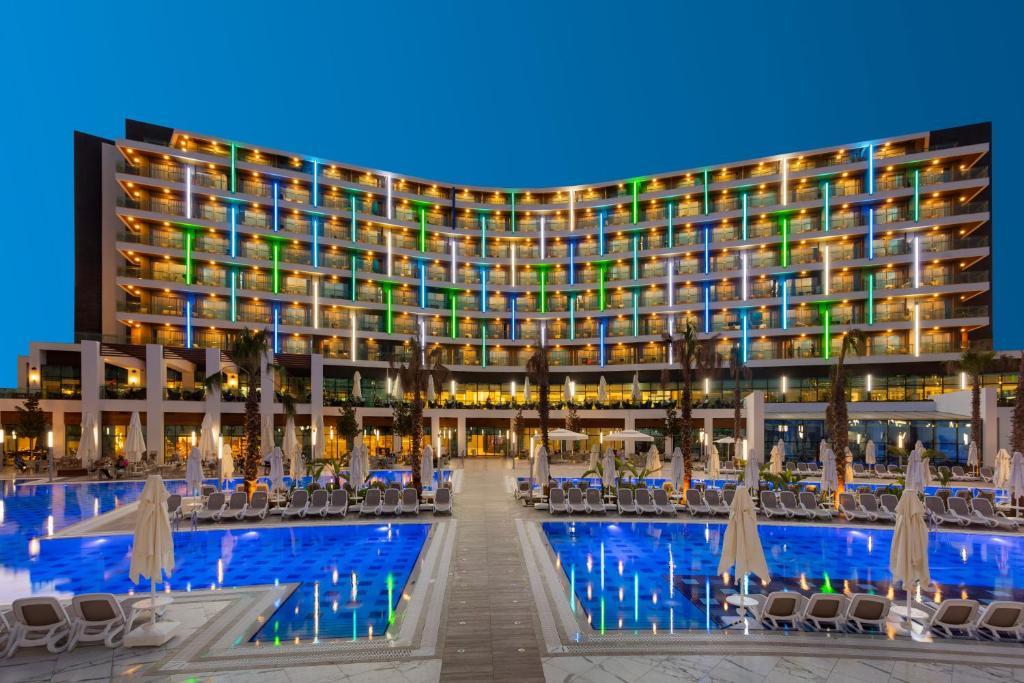 المسبح في فندق وسبا ويند أوف لارا - أولترا شامل كلياً أو بالجوار