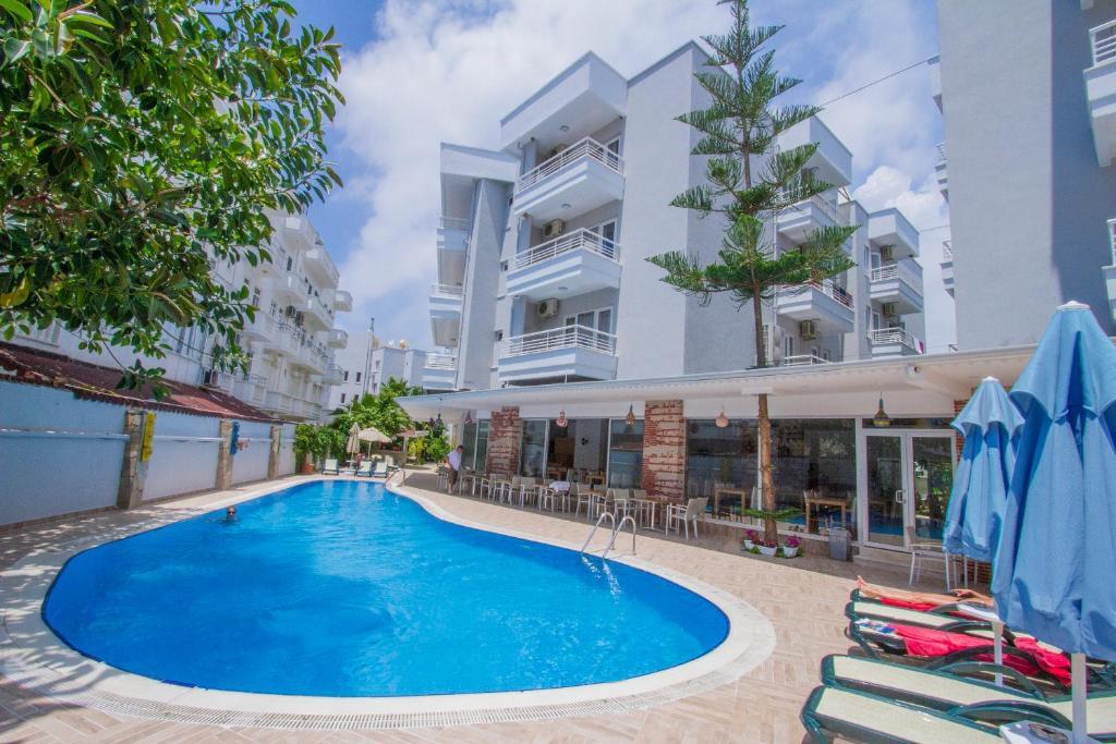 Бассейн в Blue Wave Suite Hotel или поблизости