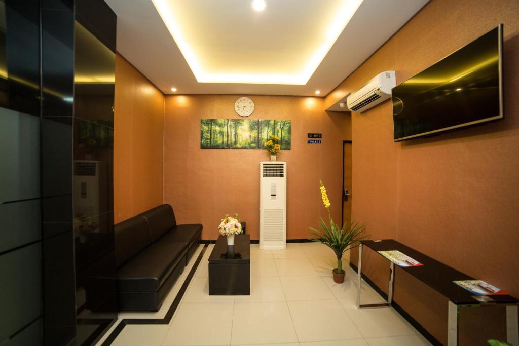 The lounge or bar area at Sunrise Hotel Semarang