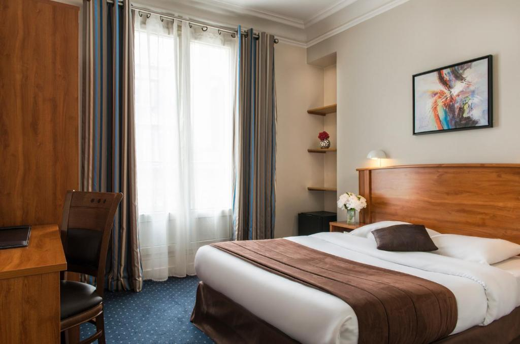 A bed or beds in a room at Hotel Corona Rodier