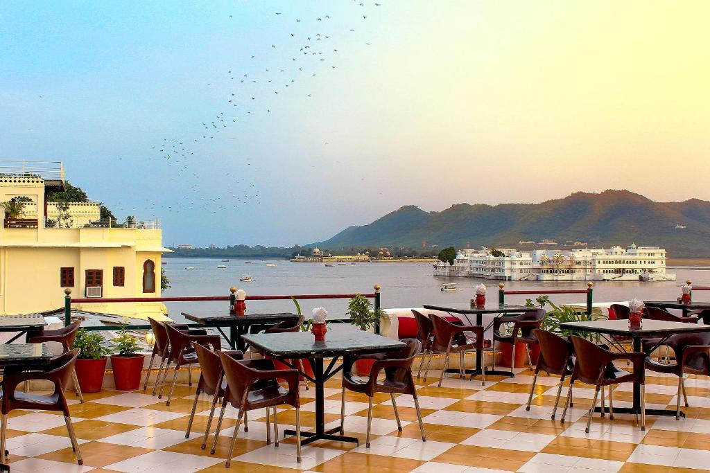A restaurant or other place to eat at Hotel Devraj Niwas