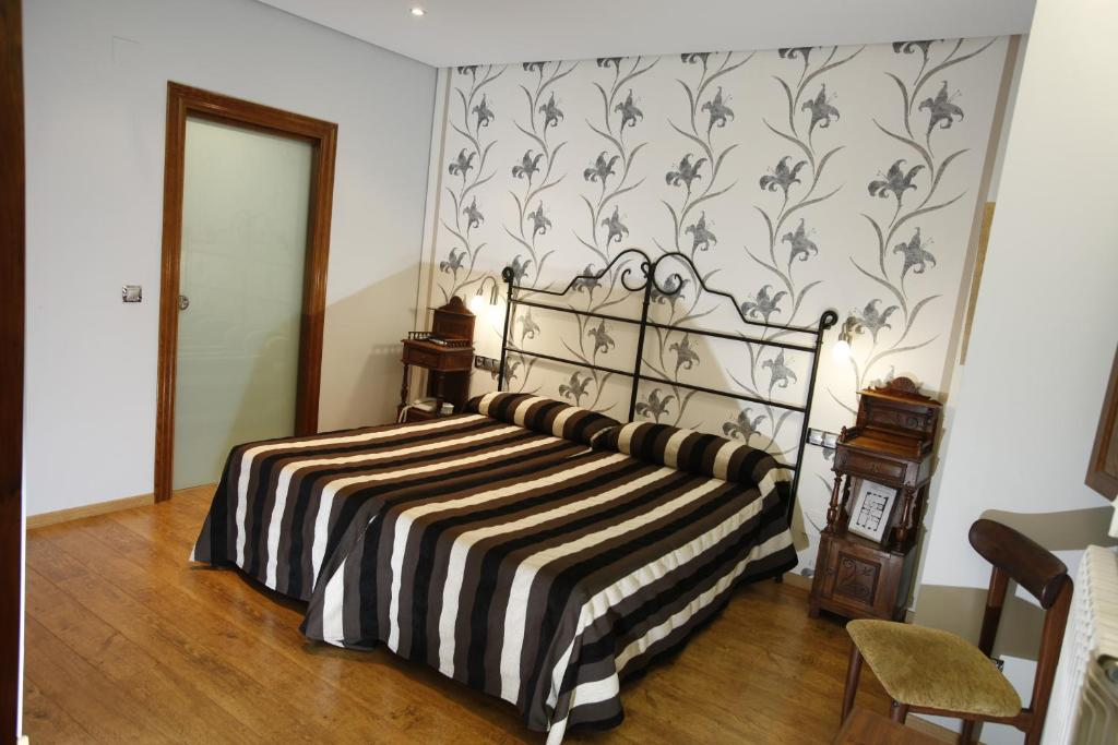 A bed or beds in a room at Hostal Rey Pedro I