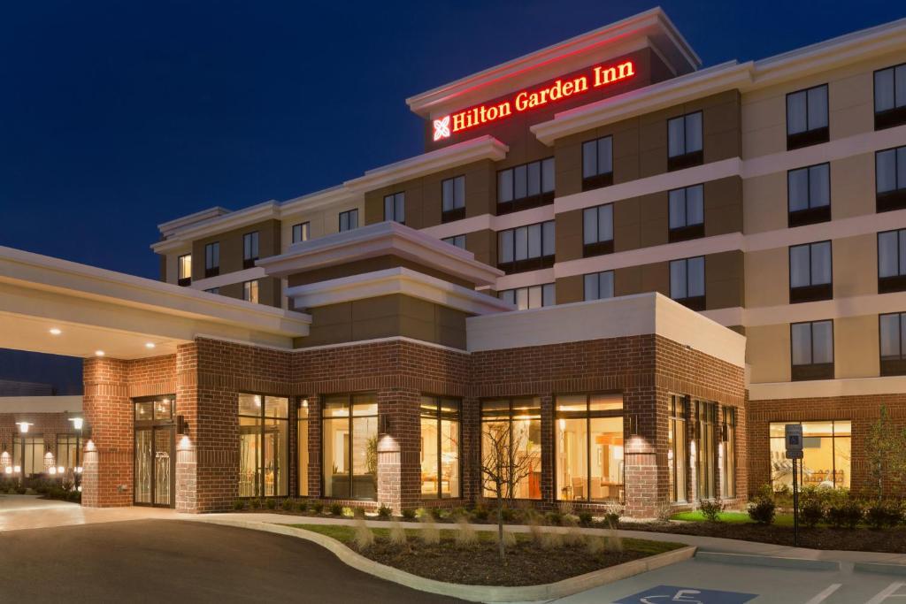 The facade or entrance of Hilton Garden Inn Pittsburgh Airport South-Robinson Mall