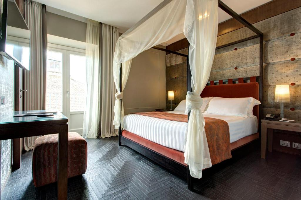 A bed or beds in a room at Mascagni Luxury Rooms & Suites