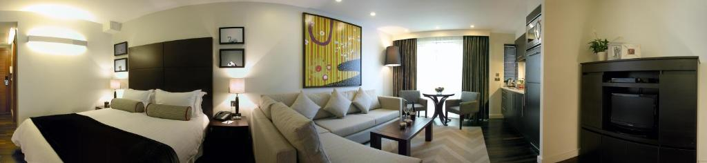 La sala de estar o bar de Atelier Apartments by BridgeStreet
