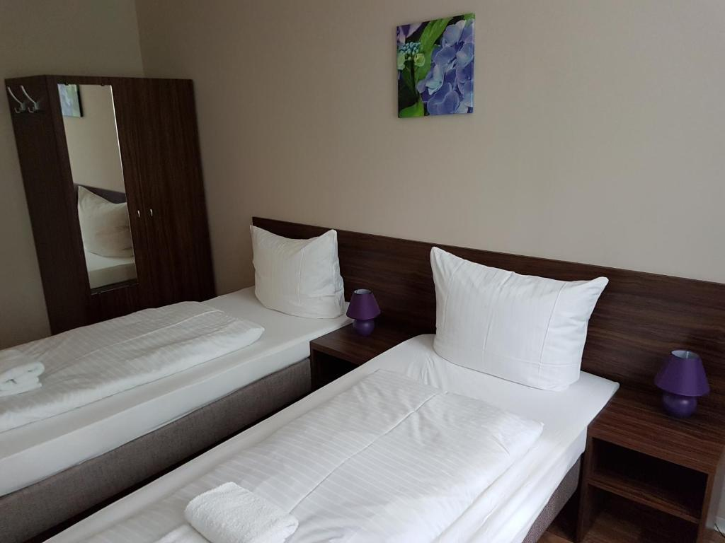 A bed or beds in a room at Hotel Pension Eberty