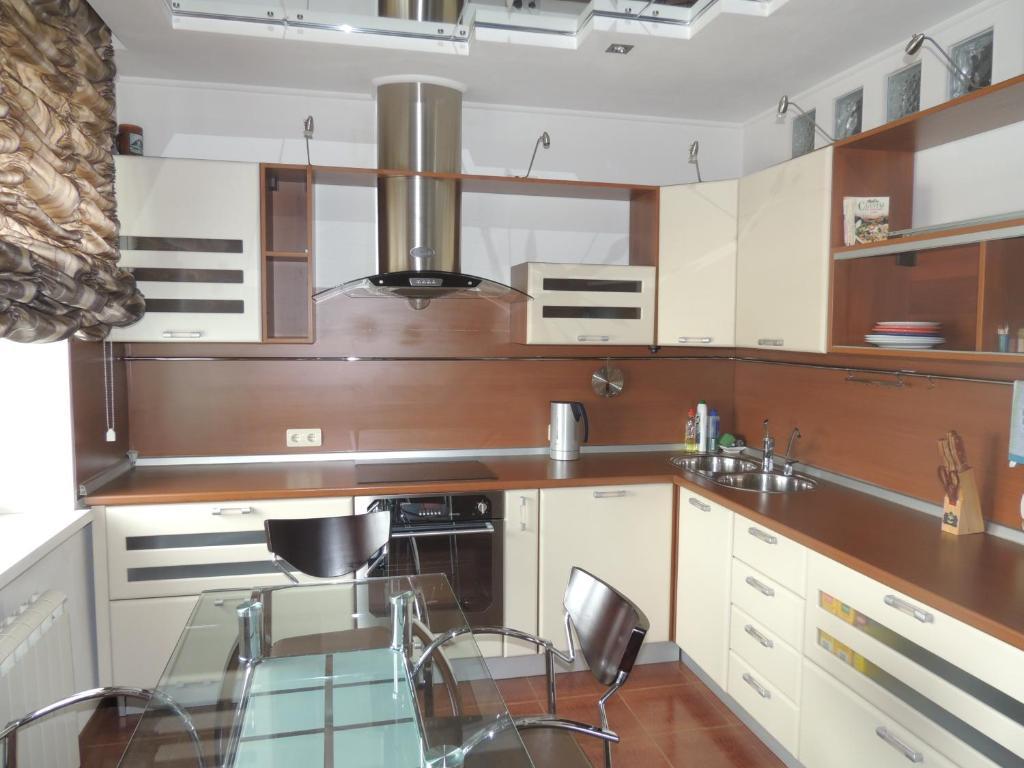 Кухня или мини-кухня в Apartments on Amurskaya 106