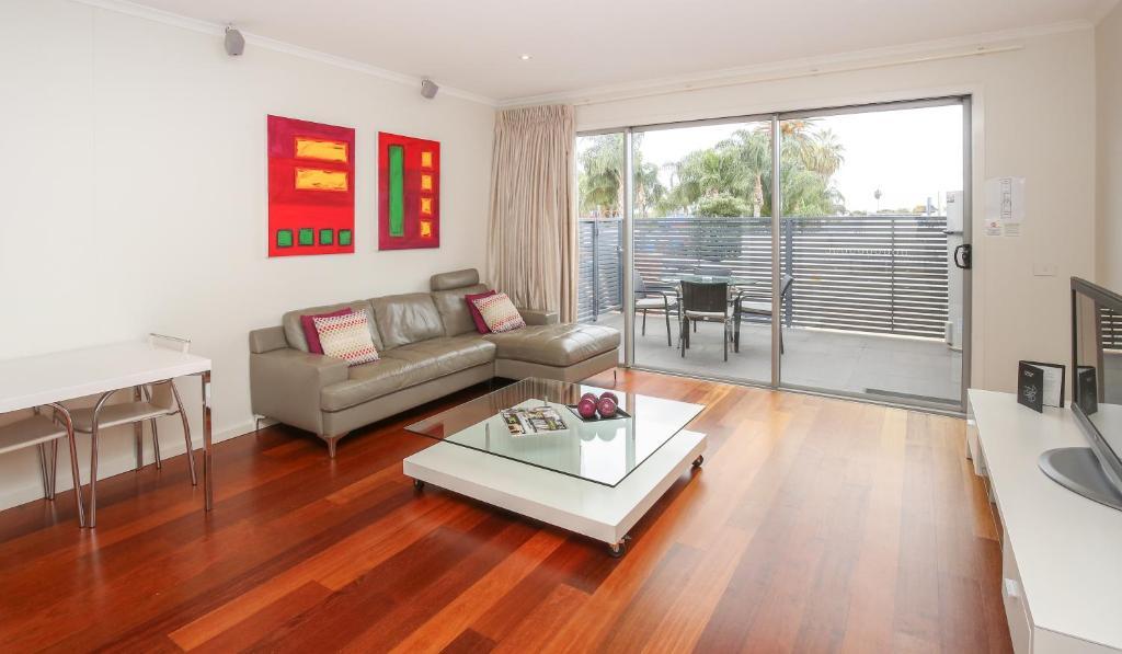 Гостиная зона в Indulge Apartments - Langtree