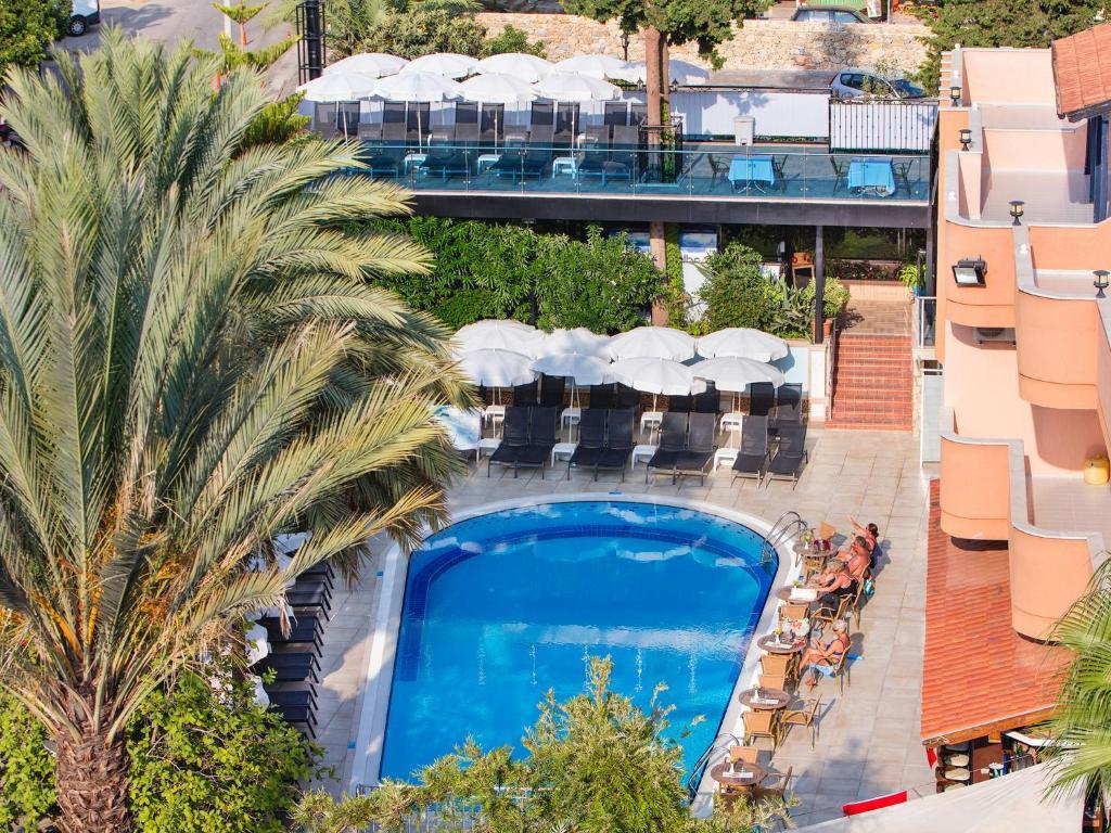 Вид на бассейн в May Flower Apart Hotel или окрестностях
