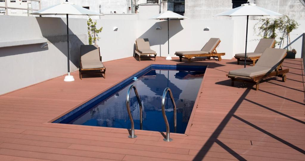 A piscina localizada em ARC Arenales Studios & Suites ou nos arredores