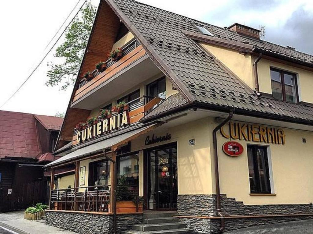 The facade or entrance of Apartament nad Cukiernią