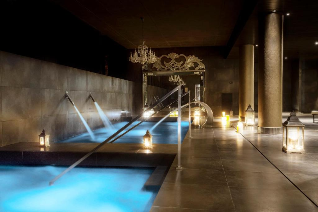 A piscina localizada em Hotel Castillo de Gorraiz Golf & Spa ou nos arredores