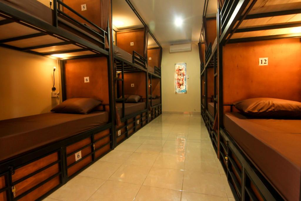 Uma ou mais camas em beliche em um quarto em Kayuni Hostel