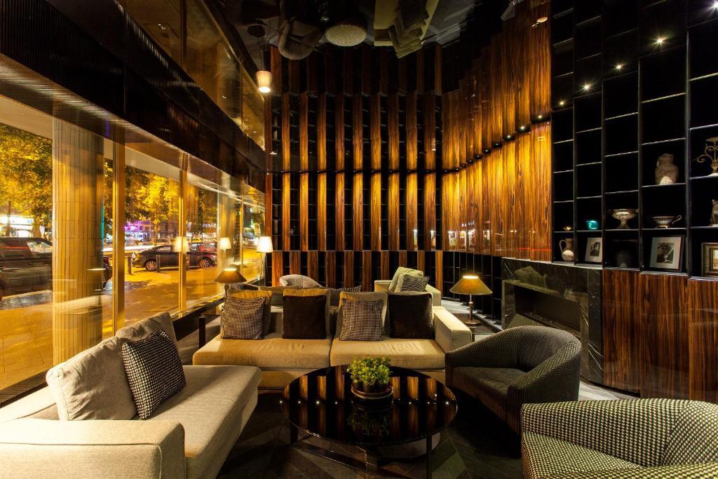 Ein Restaurant oder anderes Speiselokal in der Unterkunft Quentin Boutique Hotel