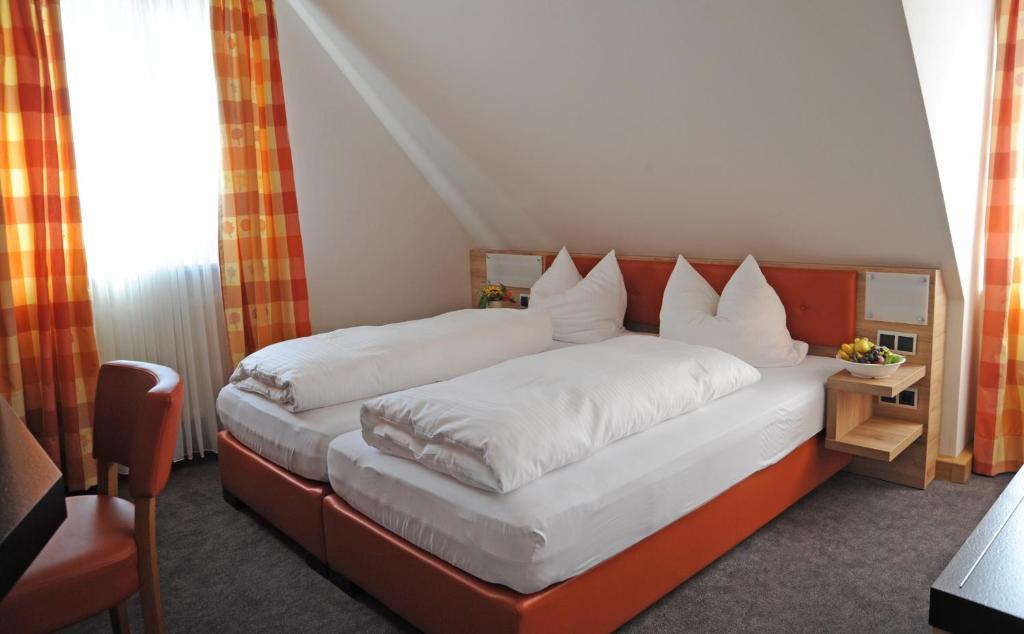 Ein Zimmer in der Unterkunft Landgasthof Zum Schwarzen Adler