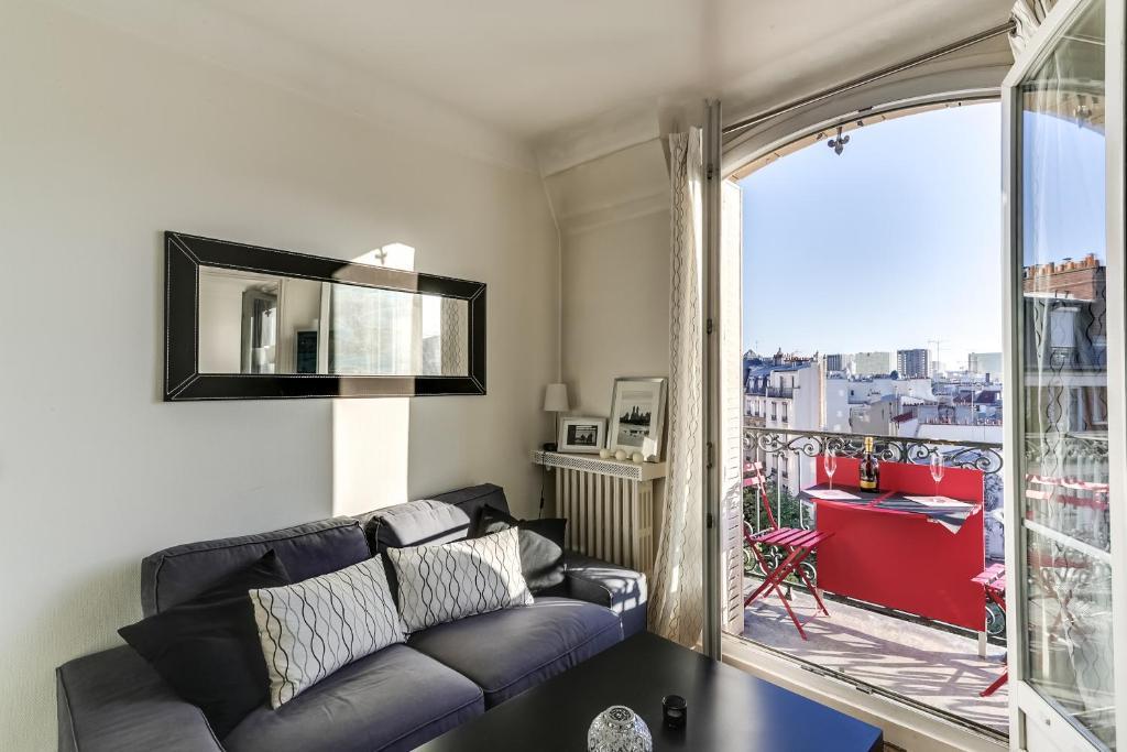 Ein Sitzbereich in der Unterkunft Bright with Stunning views of Paris by GuestReady