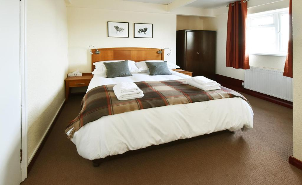 A bed or beds in a room at Harrogate Country B&B