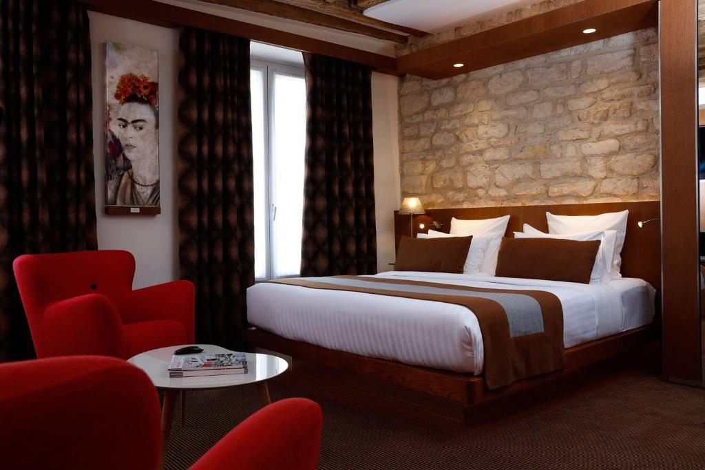 A bed or beds in a room at Select Hotel