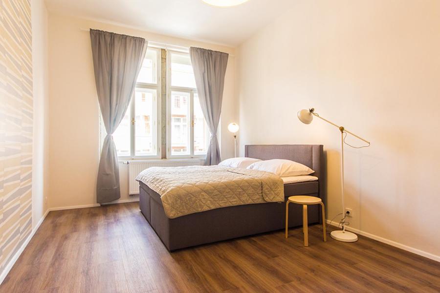 Ένα ή περισσότερα κρεβάτια σε δωμάτιο στο Mighty Prague Apartments Stepanska