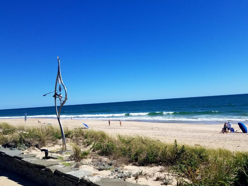Ein Strand an oder in der Nähe des Motels