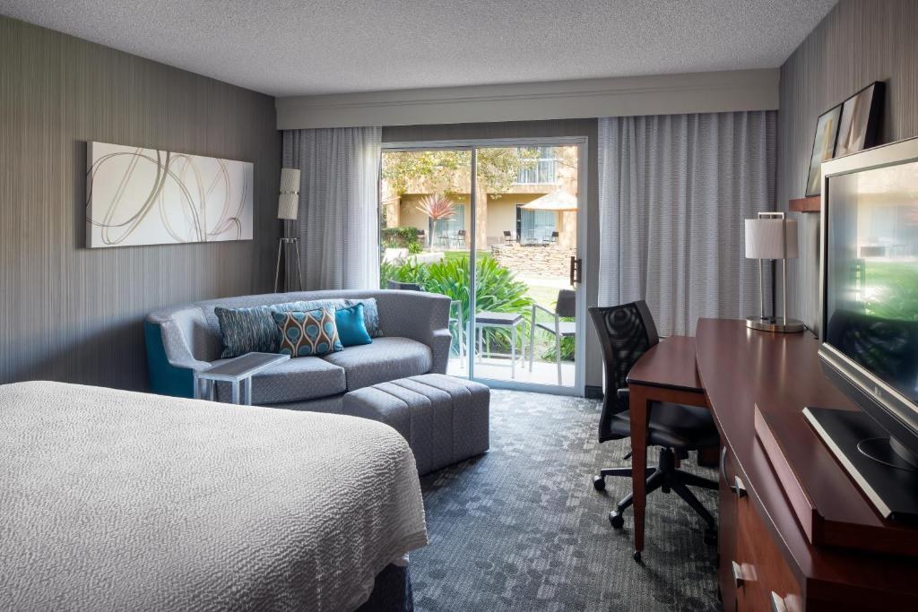 A seating area at Courtyard by Marriott San Mateo Foster City