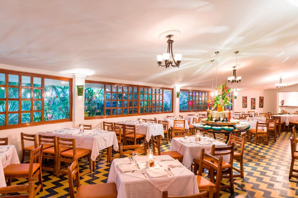 Un restaurante o sitio para comer en Decameron Galeon - All Inclusive
