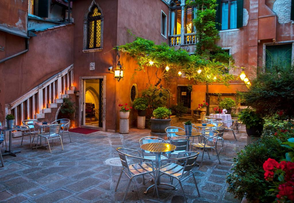 A restaurant or other place to eat at Hotel San Moisè