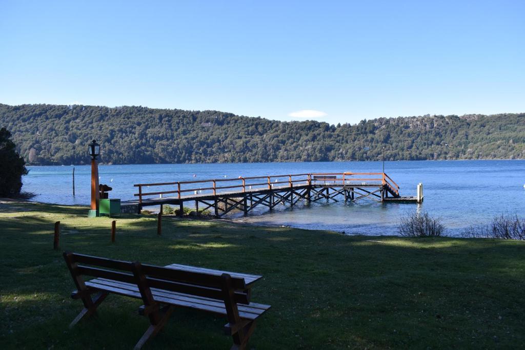 Cabaña con costa de lago