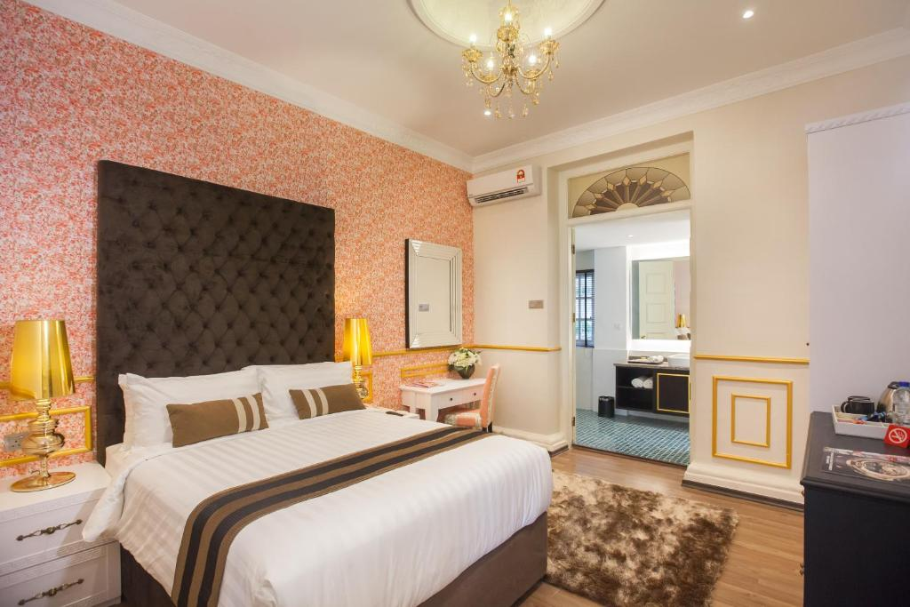 A bed or beds in a room at Deluxcious Luxurious Heritage Hotel