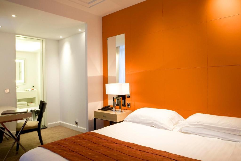 Llit o llits en una habitació de Hôtel De Castiglione