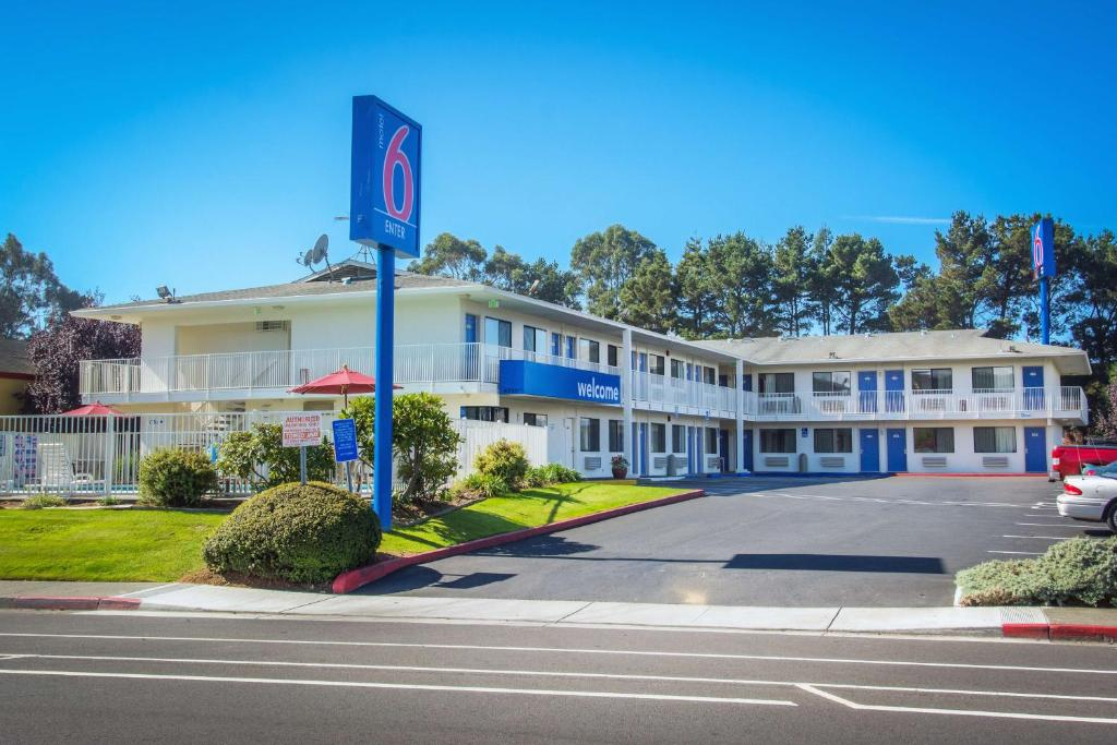 The facade or entrance of Motel 6 Arcata - Humboldt University