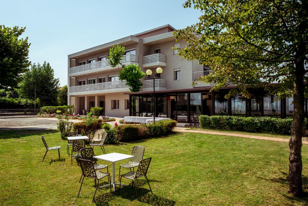 A porch or other outdoor area at Hotel Stella del Benaco