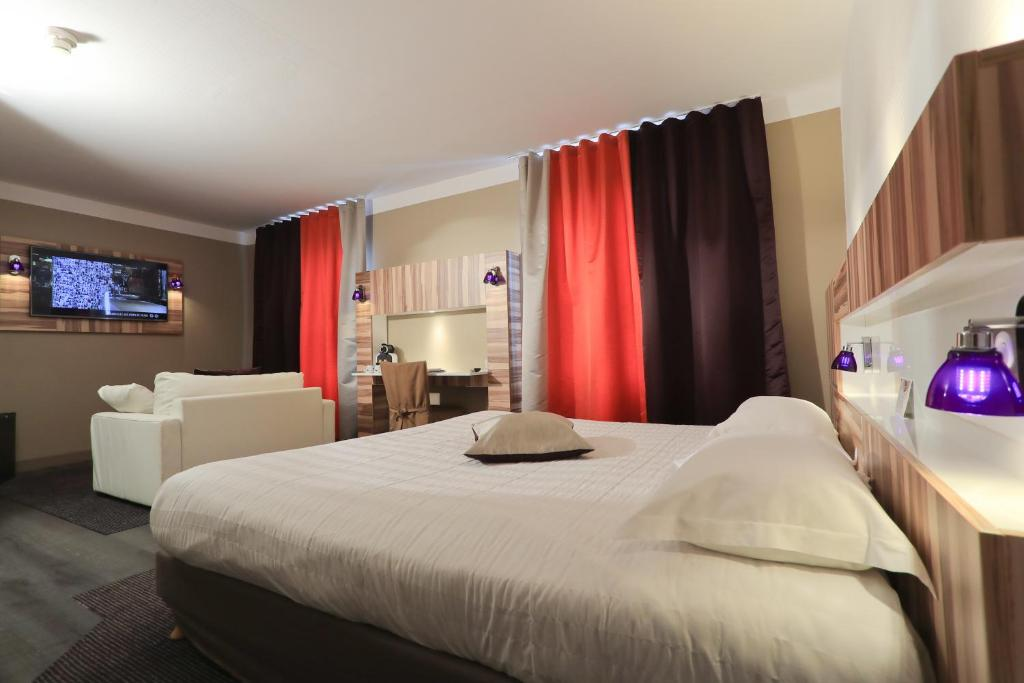 A bed or beds in a room at The Originals Boutique, Grand Hôtel Saint-Pierre, Aurillac (Qualys-Hotel)