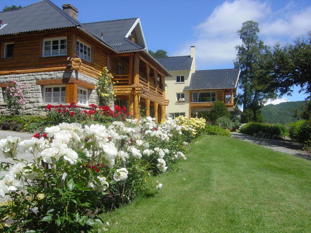 Un jardín fuera de Hotel Tronador