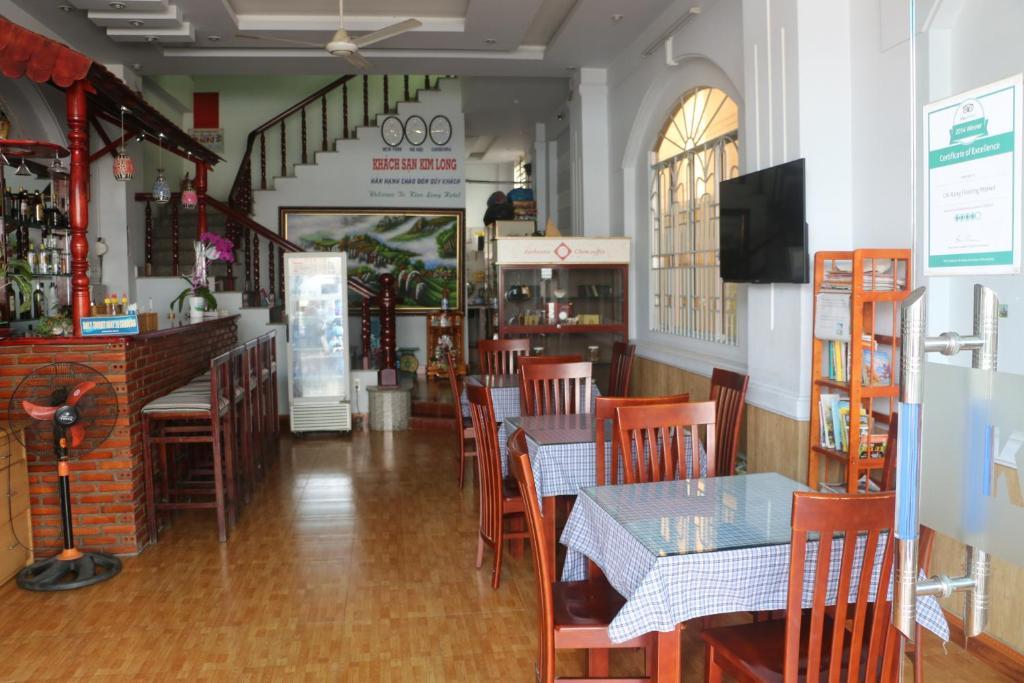Ein Restaurant oder anderes Speiselokal in der Unterkunft Kim Long Hotel