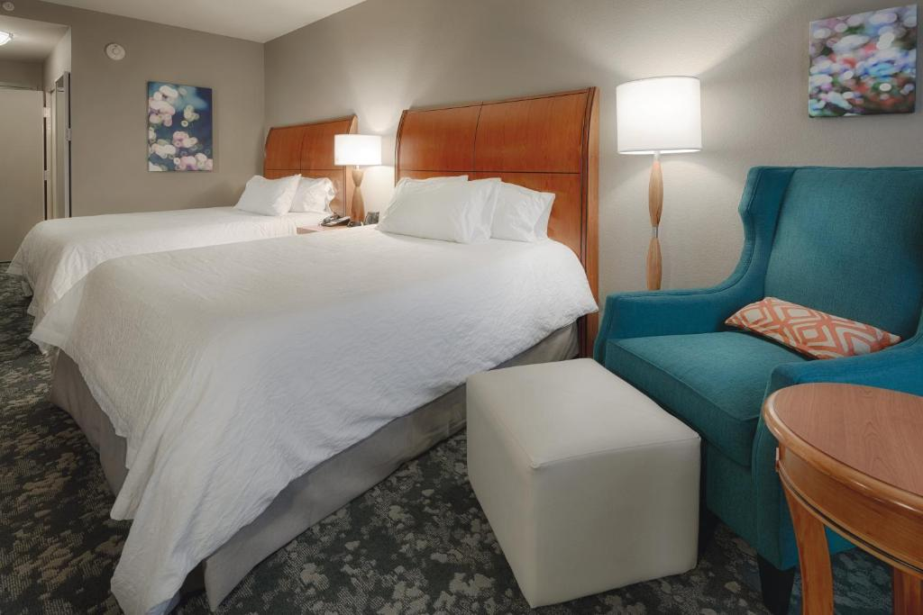 A bed or beds in a room at Hilton Garden Inn Cleveland/Twinsburg
