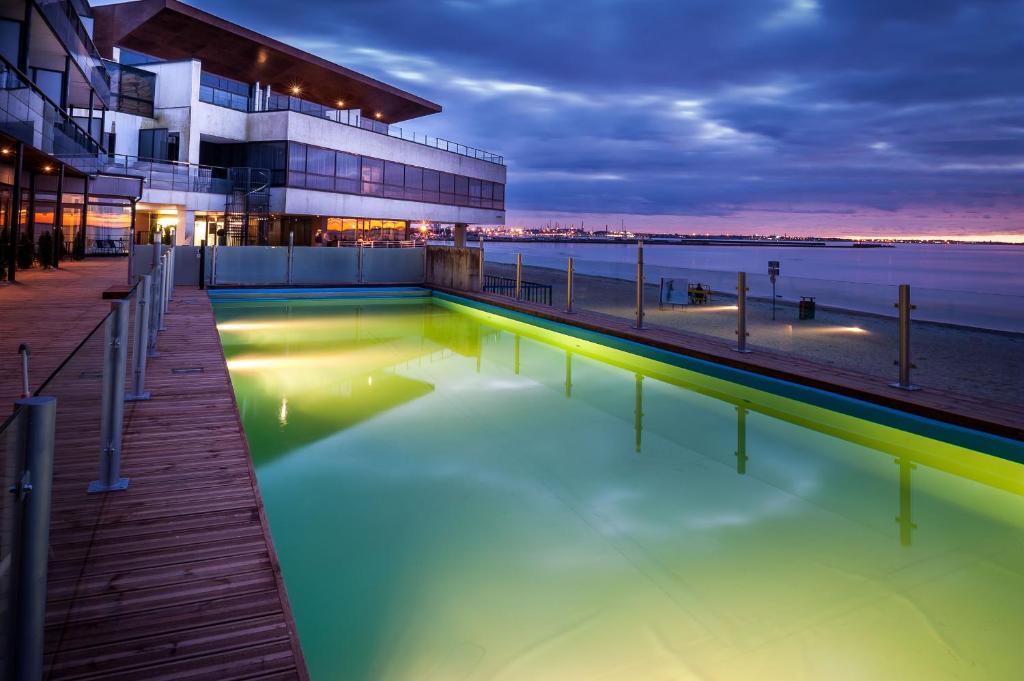 בריכת השחייה שנמצאת ב-Pirita Beach Apartments & SPA או באזור