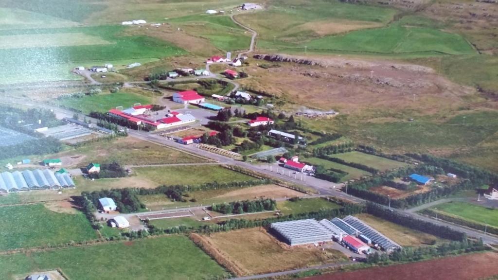 Een luchtfoto van Hverinn - Sælureitur í sveitinni