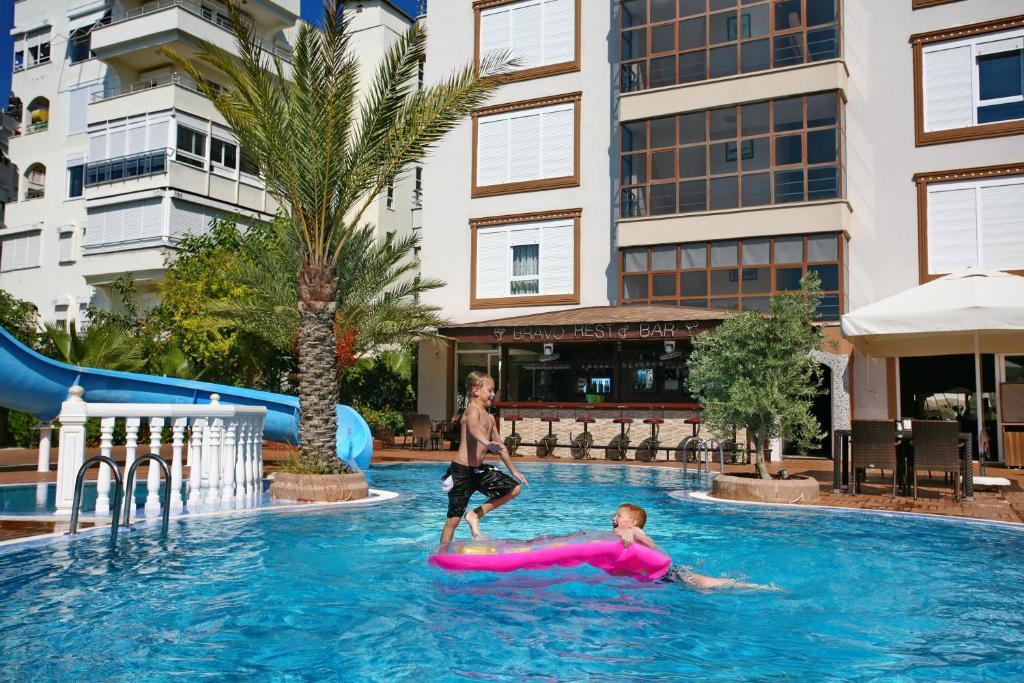 Бассейн в Bella Bravo Suit Hotel или поблизости