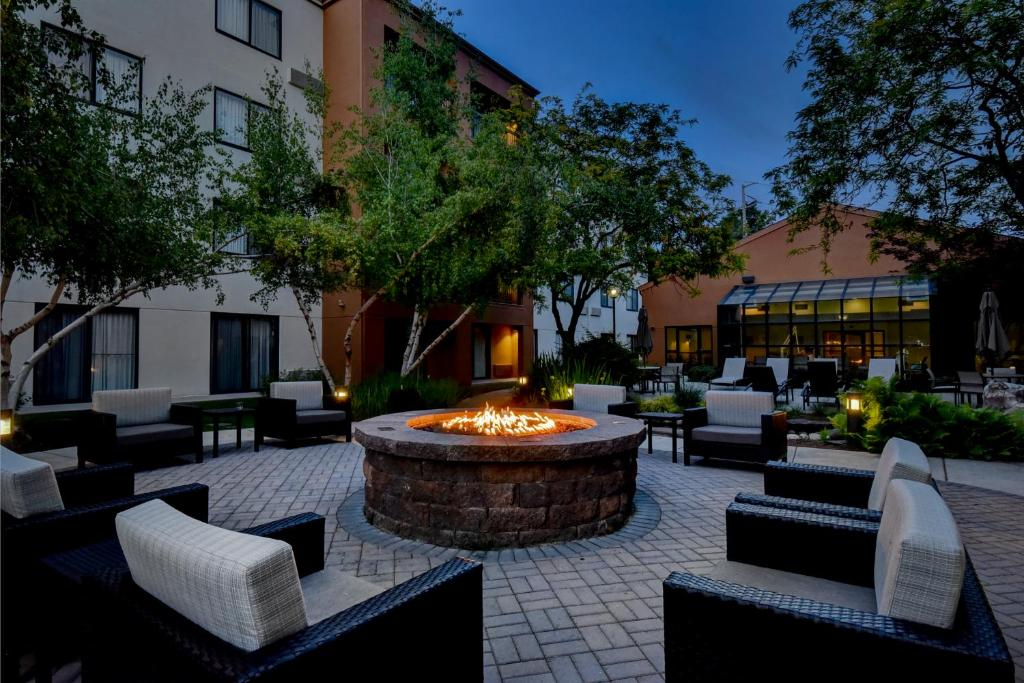 The lounge or bar area at Courtyard Boise Downtown